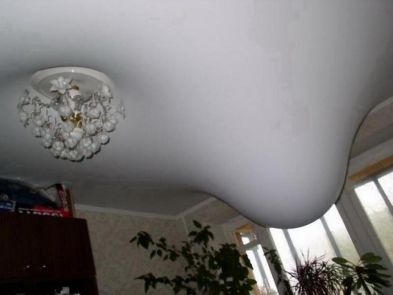 Ремонт потолка, порез потолка, дырка в потолке, кот и потолок, кот в потолке,дыра в потолке, повреждение потолка, слив воды, слив воды с потолка